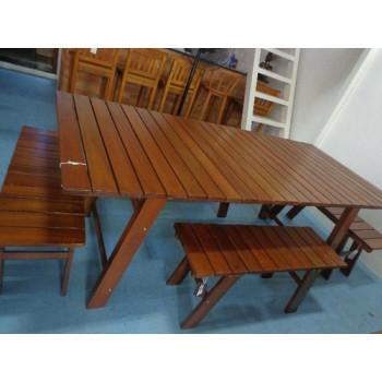 Mesa de madeira ripada com 4 bancos