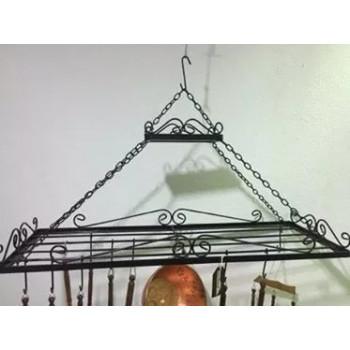 Paneleiro de teto suspenso por correntes em ferro artesanal tamanho médio